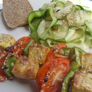 rapide à cuisiner Brochettes de Tofu et tagliatelles de courgettes cuisiner la recette