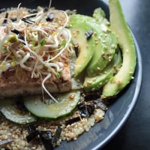 simple à cuisiner Bol de quinoa au tofu, avocat et concombre, sauce... recette végétarienne