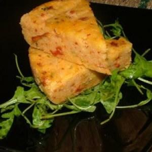 simple à préparer Gateau de polenta parmesan, olives et tomates séchées recette végétarienne