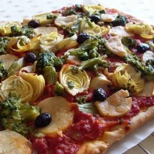 facile à cuisiner Pizza végétalienne brocolis et coeurs d'artichauts recette
