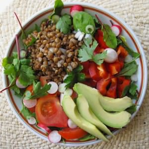 simple à cuisiner Salade composée lentillons et crudités recette végétarienne