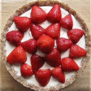 simple à préparer Tarte crue aux fraises et à la crème recette végétarienne