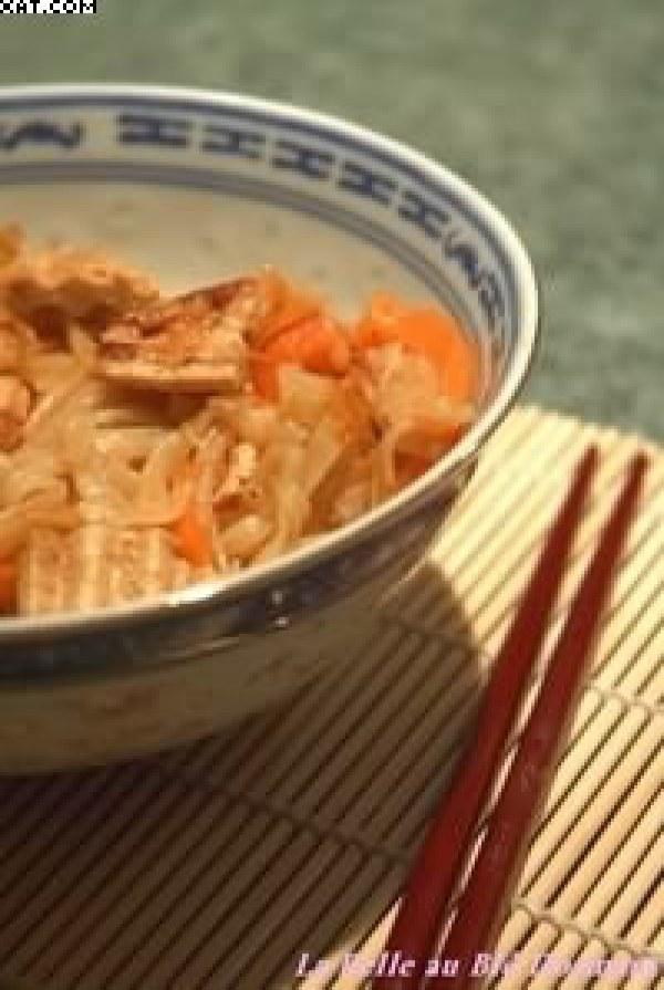 Nouilles de riz sautées au tofu mariné et gingembre
