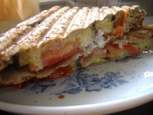Sandwich aux légumes et au chèvre frais.