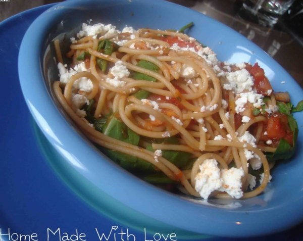 Spaghettis aux poivrons, tomates et feta