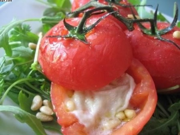 Tomates farcies au chèvre & pignons, vinaigrette au miel..