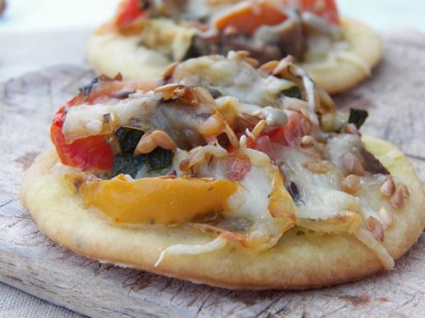 Mini pizza aux légumes grillés et pesto de pistaches
