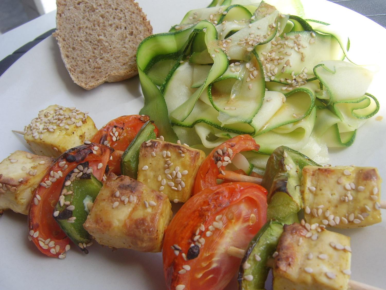 Brochettes de Tofu et tagliatelles de courgettes
