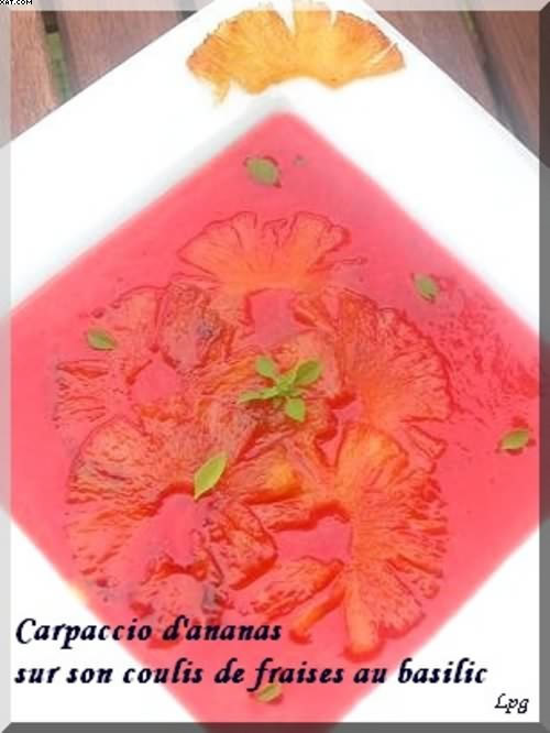 Carpaccio d'ananas sur son sirop de fraises au basilic