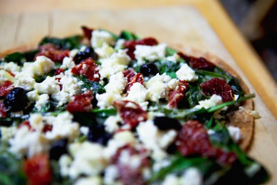 Pizza verte aux tomates séchées et Feta