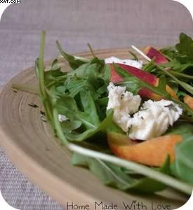 Salade de roquette, pêche et mozzarella