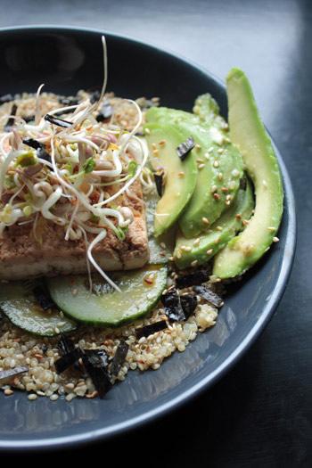 Bol de quinoa au tofu, avocat et concombre, sauce sésame-gingembre