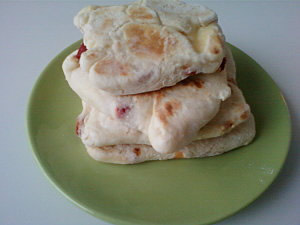 Cheese Nan au fromage fondu et aux poivrons marinés