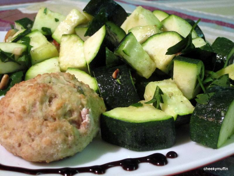Courgettes au four à la vinaigrette au persil et pignons de pin