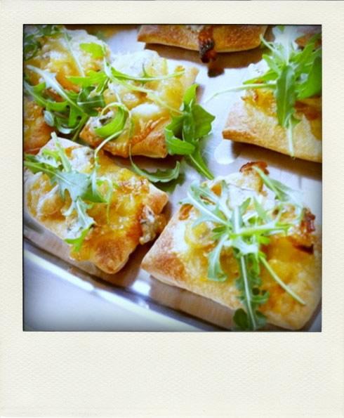 Pizzas aux oignons caramélisés et au gorgonzola